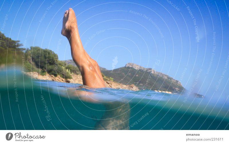 Smaragdbeine Mensch blau Wasser Ferien & Urlaub & Reisen Meer Sommer feminin Landschaft Bewegung Beine Freizeit & Hobby Tourismus Sommerurlaub Italien Reflexion & Spiegelung Einstellungen