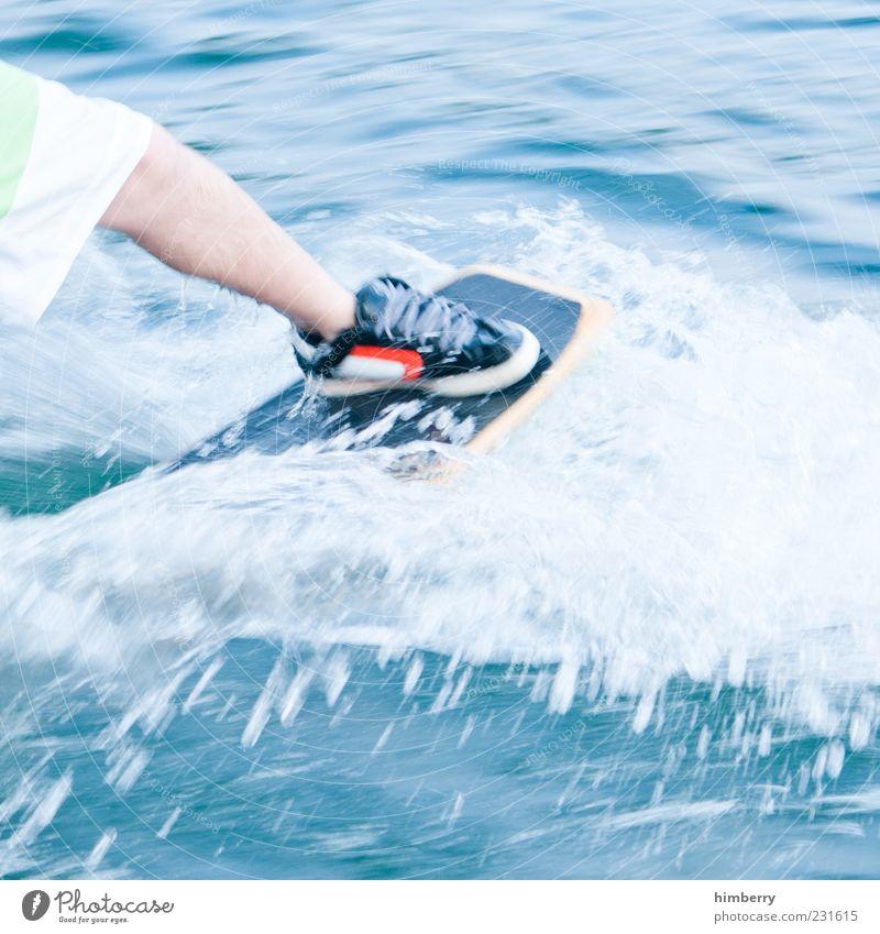 wakeskate Mensch Jugendliche Sommer Freude Umwelt Sport Bewegung Beine Wetter Wellen Schuhe Freizeit & Hobby maskulin Design Klima Aktion