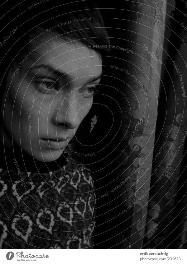 Bad dreams Frau Erwachsene Leben 18-30 Jahre Jugendliche Pullover atmen Einsamkeit Angst Hoffnung Schutz Schwäche Verzweiflung Blick Gedanke Vorhang Muster Auge
