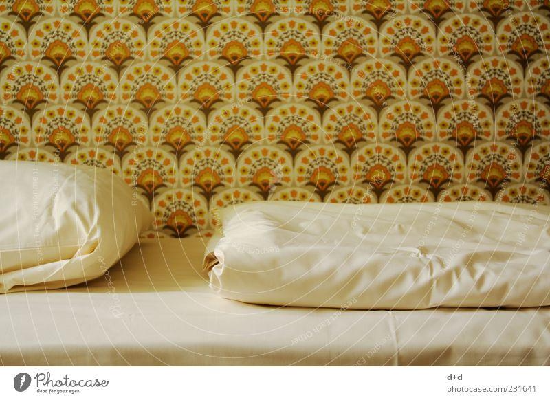 - -- Bett Tapete Tapetenmuster retro Retro-Farben Siebziger Jahre Sechziger Jahre DDR Hotel Stil kultig alt konventionell altmodisch braun orange Bettdecke