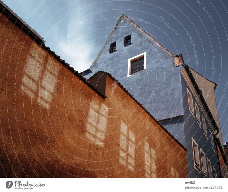 Über die Straße Himmel alt blau weiß Stadt schön rot schwarz Haus Fenster Wand Mauer Wetter braun Wohnung Fassade