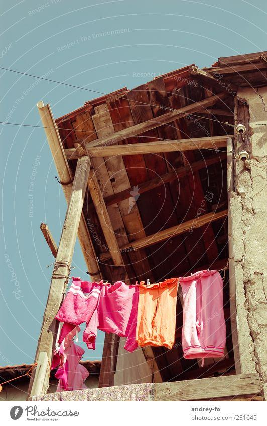Wäsche trocknen Dorf Ruine Mauer Wand Balkon Terrasse Dach Bekleidung Hose hängen Armut klein oben Sauberkeit trocken mehrfarbig rosa Kindheit Leben Überleben