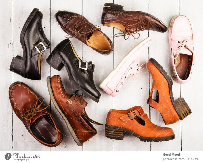 Set aus verschiedenen Unisex-Schuhen auf Holzuntergrund kaufen elegant Stil Sport Büro Industrie Business Frau Erwachsene Mann Mode Leder Sammlung