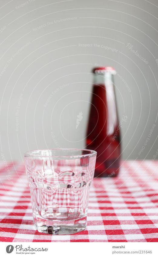 rote Limo Getränk trinken Erfrischungsgetränk Limonade Saft Flasche Glas kariert durstig geschmackvoll Geschmackssinn Unschärfe klein Farbfoto Innenaufnahme