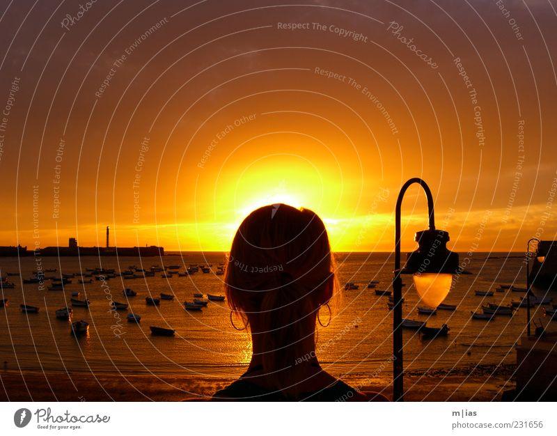 Im Scheine der Sonne. Frau Mensch schön Meer Sommer Strand Erwachsene Ferne feminin Freiheit träumen Stimmung Wasserfahrzeug Wellen gold Ausflug