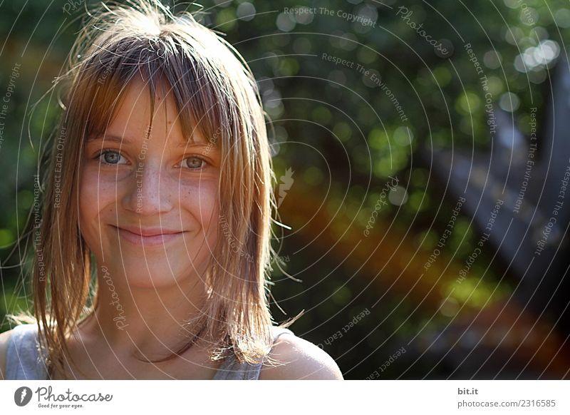 Sonnig Kindererziehung Schule Schulhof Schulkind Schüler Mensch feminin Mädchen Kindheit Natur Garten Park alt leuchten Freude Glück Fröhlichkeit Zufriedenheit