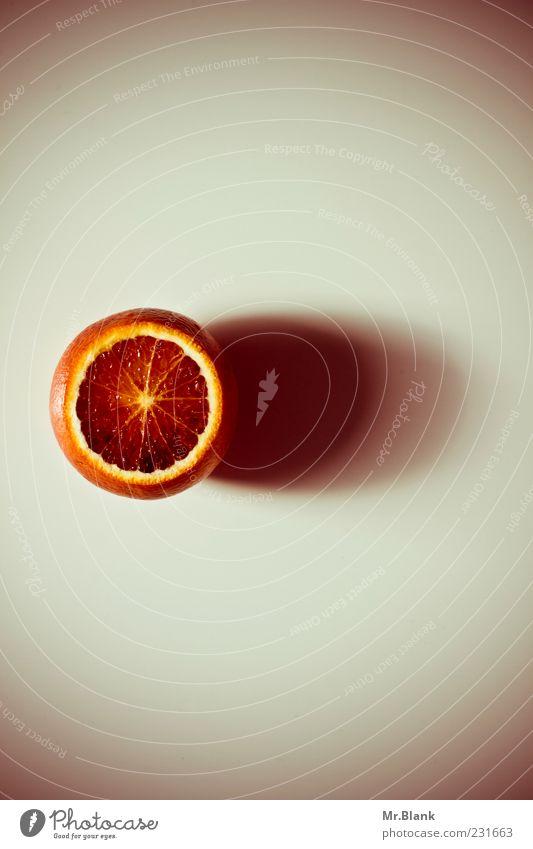 .blutorange rot grau Gesundheit Orange Frucht liegen rund lecker saftig Vegetarische Ernährung Schatten Licht Zitrusfrüchte aufgeschnitten Foodfotografie