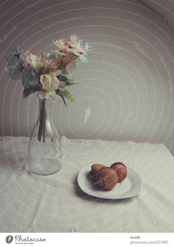 Fleurs et macarons Lebensmittel Dessert Süßwaren Schokolade Flasche genießen Kitsch süß Kunstblume Farbfoto Innenaufnahme Tag Stillleben Menschenleer Teller