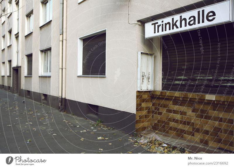 Büdchen Haus trinken Stadt Fassade Fenster trist Bürgersteig Kiosk geschlossen Mehrfamilienhaus Beschriftung Werbeschild Spirituosen Ruhrgebiet Gebäude