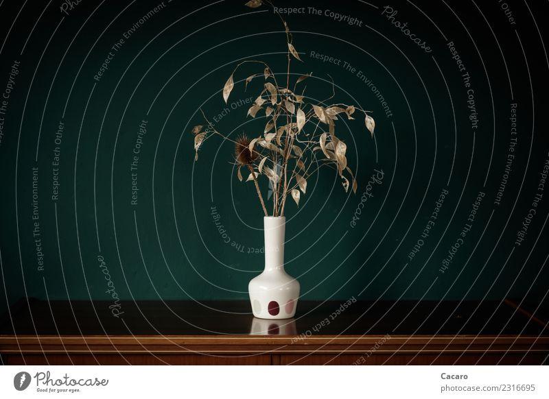 Trockenstrauß in weißer Vase Dekoration & Verzierung Blumenstrauß einfach retro trocken braun grün Einsamkeit Senior Traurigkeit Vergänglichkeit Farbfoto