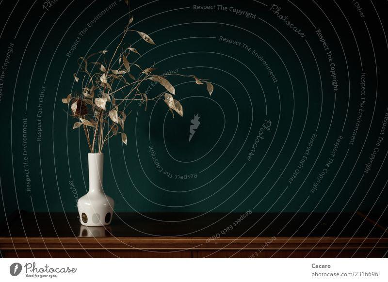 Trockenstrauß in weißer Vase alt grün Blatt Herbst braun retro ästhetisch Vergangenheit trocken Zweige u. Äste
