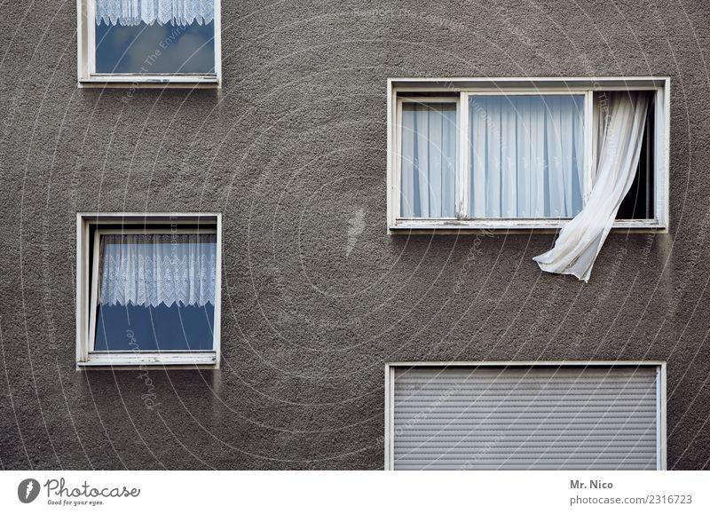 vom winde verweht Stadt Haus Hochhaus Gebäude Mauer Wand Fassade Fenster grau weiß Mehrfamilienhaus Gardine Rollo wehen Nachbar lüften Häusliches Leben Wohnung