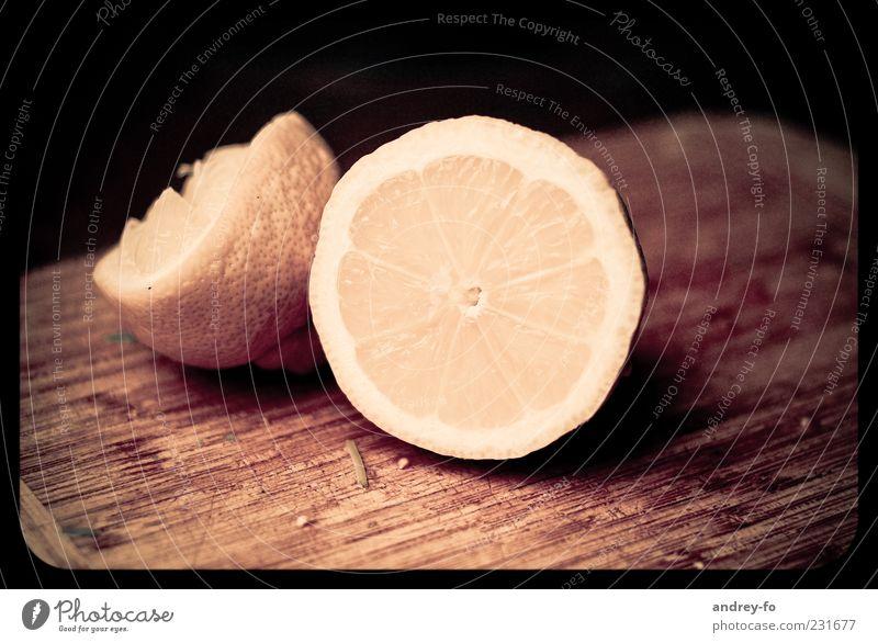 Zitrone gelb Ernährung Holz braun Frucht liegen frisch Teile u. Stücke lecker Schneidebrett geschnitten sauer Limone Pflanze zitronengelb