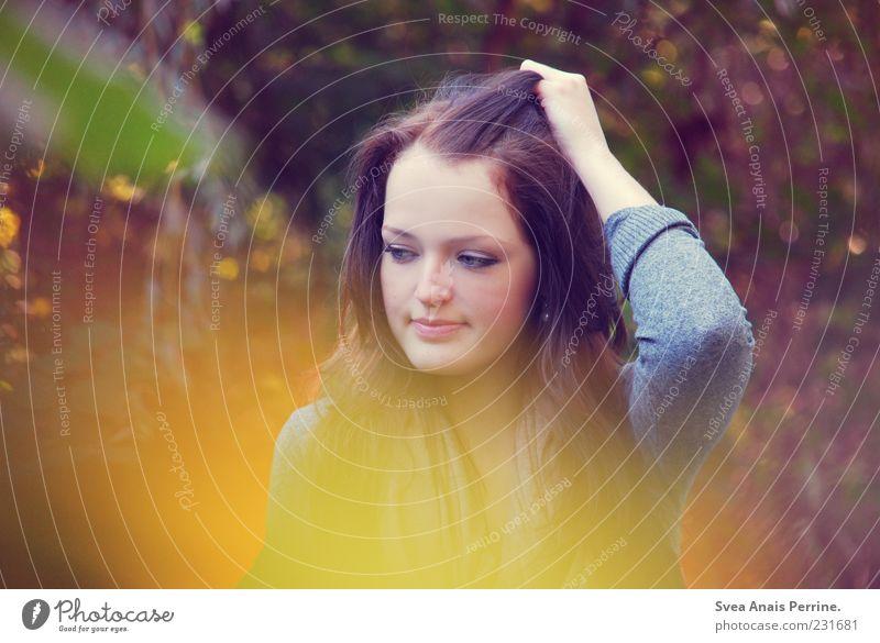 weich,wie du. Lifestyle Stil feminin Junge Frau Jugendliche 1 Mensch 18-30 Jahre Erwachsene Natur Sonnenlicht Schönes Wetter Pflanze Haare & Frisuren brünett
