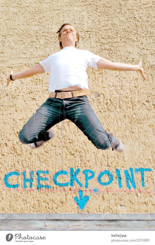 checkpoint charlie Mensch Mann Erwachsene Graffiti springen Schilder & Markierungen maskulin T-Shirt Jeanshose Pfeil Berlin Turnschuh Schuhe 30-45 Jahre Schatten Blick nach oben