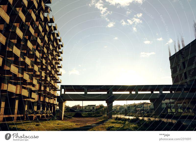bridge to nowhere. Hochhaus Vergänglichkeit Abrissgebäude abrissreif Algarve Balkon baufällig Brücke Baustelle Bauruine Beton Betonklotz dreckig Fassade Gebäude