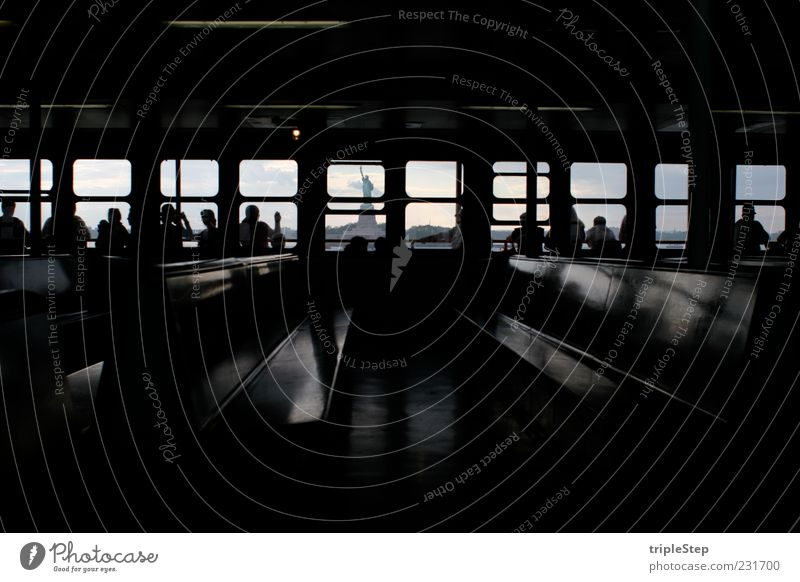 Liberty Mensch Ferien & Urlaub & Reisen Ferne Erholung dunkel Architektur Menschengruppe Wasserfahrzeug Tourismus fahren USA Bank Ziel Neugier entdecken Schifffahrt