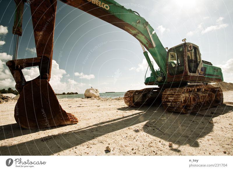 Baggern am Strand Meer Insel Maschine Industrie Erde Wasser bauen Wandel & Veränderung Baggerschaufel Himmel Wolken Malediven Indischer Ozean blenden Sand