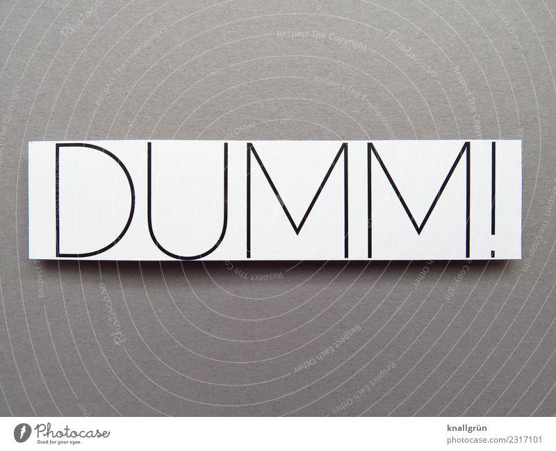 DUMM! Schriftzeichen Schilder & Markierungen Kommunizieren blond grau schwarz weiß Gefühle dumm doof Farbfoto Studioaufnahme Menschenleer Textfreiraum links