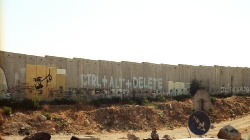 Runterfahren... dunkel Straße Wand Graffiti Wege & Pfade Mauer Stein Kunst Angst trist Beton gefährlich bedrohlich Politische Bewegungen Baustelle Schutz