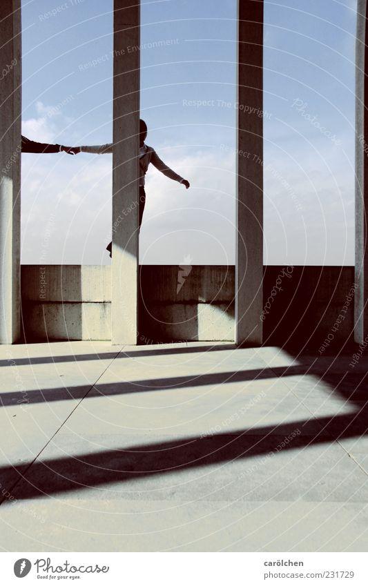 komm mit! Mensch 2 ästhetisch Bühne Säule Mauer Schattenspiel gehen ziehen Hand in Hand Mut Entschlossenheit Farbfoto Gedeckte Farben Außenaufnahme