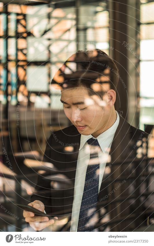 junger asiatischer Geschäftsmann hat ein glückliches Leben. Lifestyle Glück Erfolg Arbeit & Erwerbstätigkeit Beruf Büro Business Unternehmen Sitzung Telefon