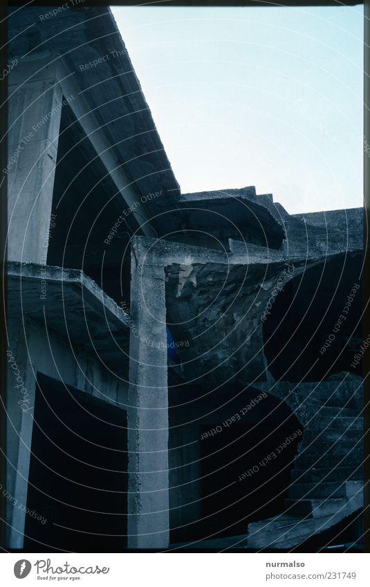 funktionsskulptur aus beton Haus Traumhaus Hausbau Mauer Wand Treppe Terrasse Zeichen entdecken Traurigkeit alt ästhetisch dunkel eckig trashig trist Stimmung
