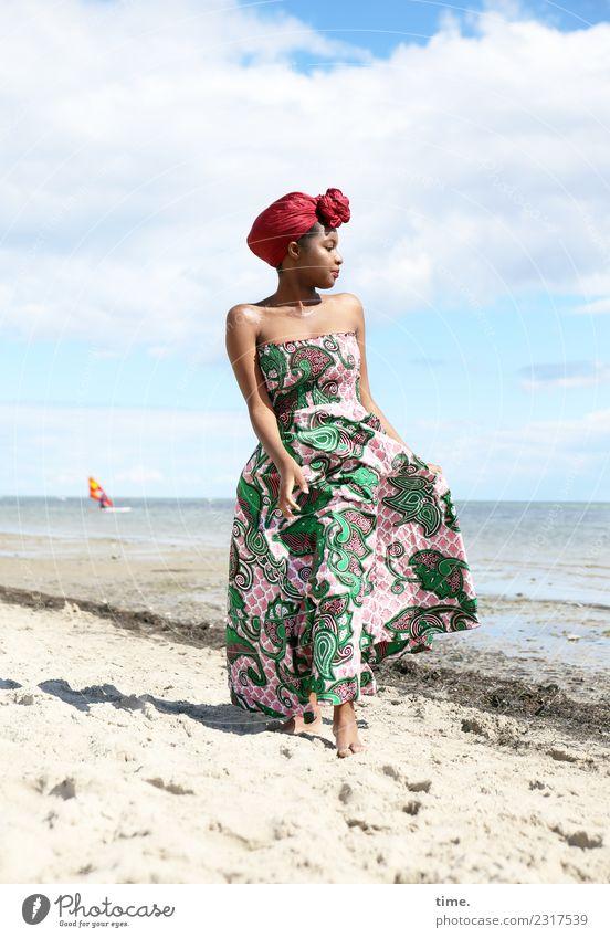 Arabella elegant Stil schön Ausflug Freiheit feminin Frau Erwachsene 1 Mensch Himmel Schönes Wetter Strand Kleid Barfuß Kopftuch beobachten gehen Blick maritim