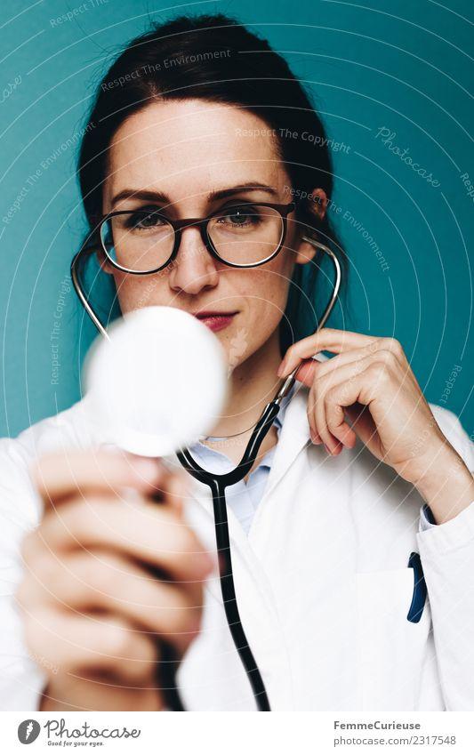 Female doctor using her stethoscope Frau Mensch Jugendliche Junge Frau 18-30 Jahre Erwachsene feminin Arbeit & Erwerbstätigkeit Brille Beruf Medikament hören