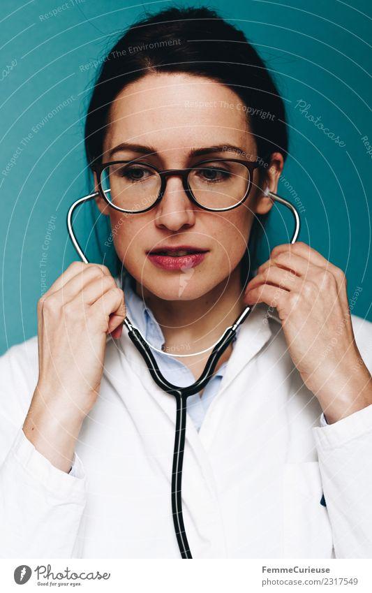 Female doctor with her stethoscope Frau Mensch Jugendliche Junge Frau 18-30 Jahre Erwachsene feminin Arbeit & Erwerbstätigkeit Brille Medikament hören türkis