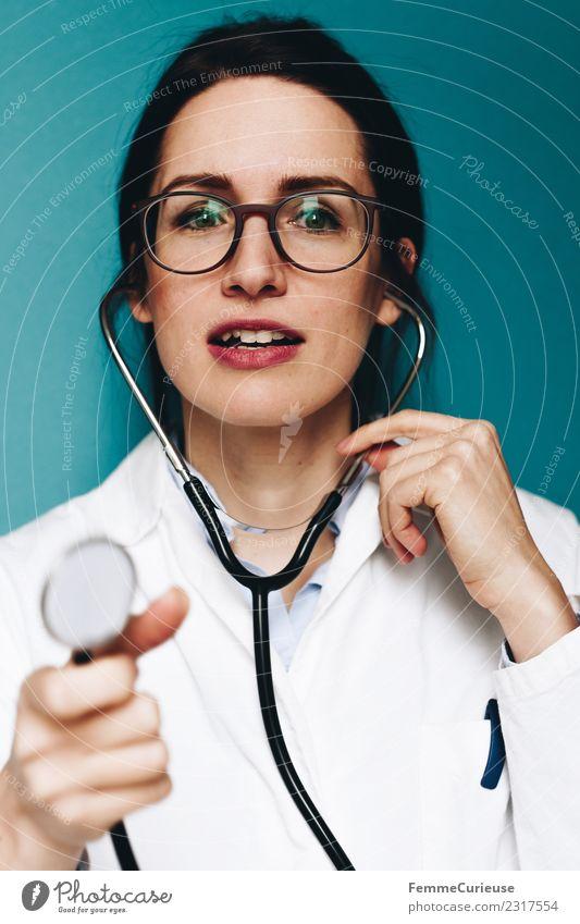 Female doctor with stethoscope talking to patient Arbeit & Erwerbstätigkeit Beruf Arzt feminin Junge Frau Jugendliche Erwachsene 1 Mensch 18-30 Jahre