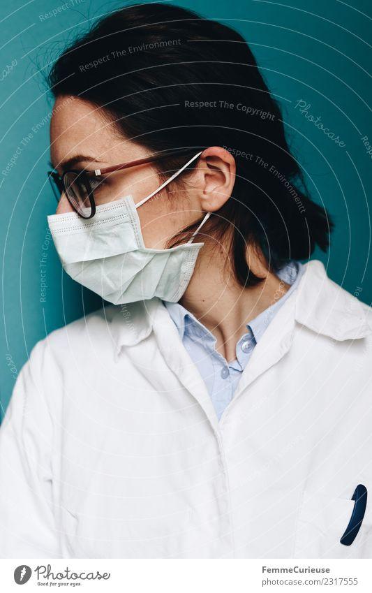 Female doctor with face mask and lab coat Arbeit & Erwerbstätigkeit Beruf Arzt feminin Junge Frau Jugendliche Erwachsene 1 Mensch 18-30 Jahre 30-45 Jahre