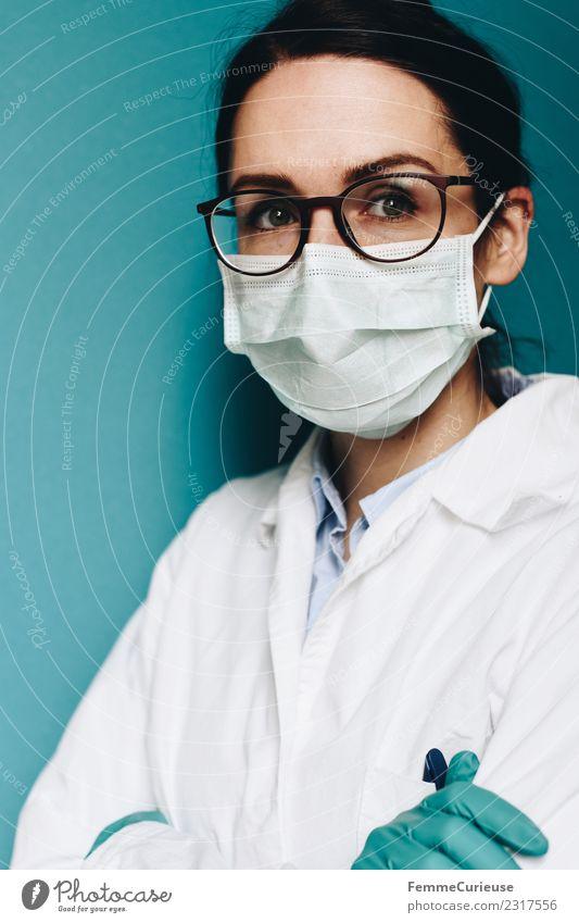 Female doctor wearing a face mask and protective gloves Arbeit & Erwerbstätigkeit Beruf Arzt feminin Junge Frau Jugendliche Erwachsene 1 Mensch 18-30 Jahre