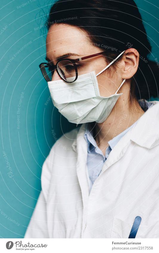 Female doctor with face mask Arbeit & Erwerbstätigkeit Beruf Arzt feminin Junge Frau Jugendliche Erwachsene 1 Mensch 18-30 Jahre 30-45 Jahre kompetent