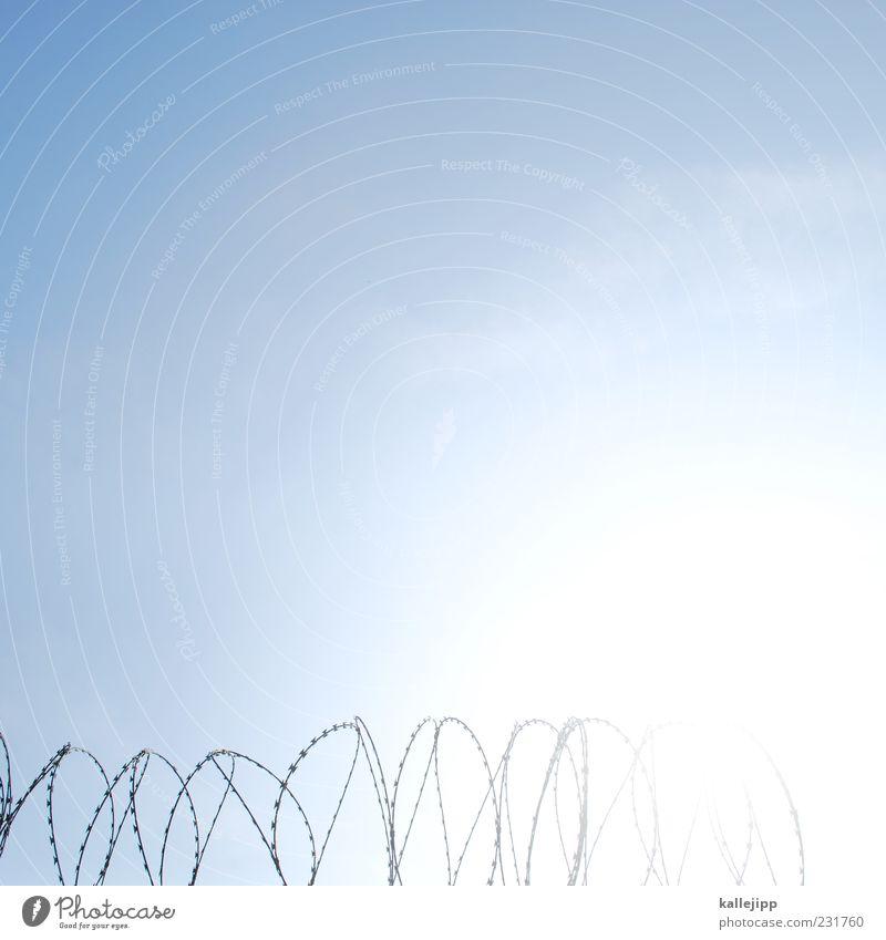 sperrbezirk leuchten bedrohlich Schönes Wetter Draht Rolle Blauer Himmel Defensive Terror Stacheldraht abwehrend Stacheldrahtzaun Strukturen & Formen Zaun Sperrzone