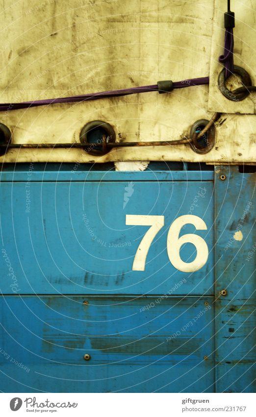 76 alt blau Arbeit & Erwerbstätigkeit dreckig Verkehr Schriftzeichen Ziffern & Zahlen Symbole & Metaphern Güterverkehr & Logistik Kunststoff Vergangenheit