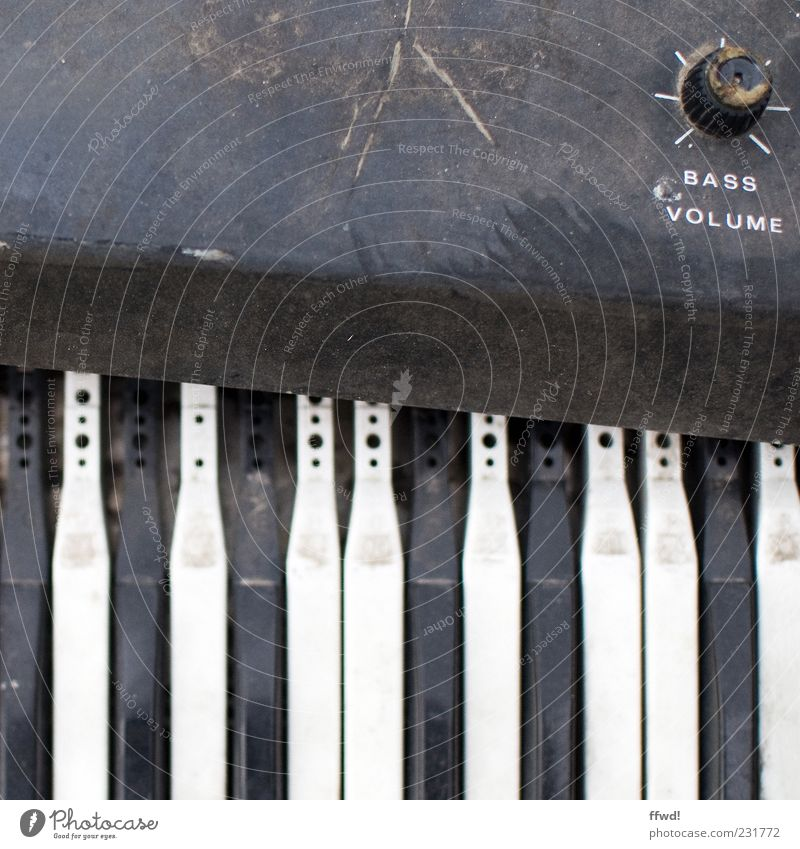 [FFM2011.1] Synthie heaven alt Musik dreckig kaputt retro Vergänglichkeit Klaviatur Klavier Zerstörung Musikinstrument Taste Drehregler staubig Lautstärke Keyboard Regler