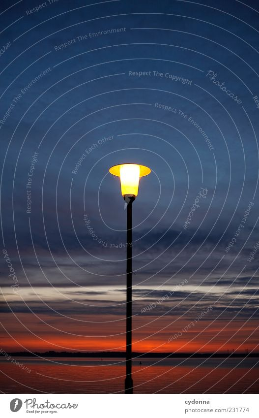 Leuchtturm Umwelt Natur Himmel Wolken Horizont See einzigartig ruhig Stimmung Laterne Laternenpfahl dunkel Licht Farbfoto Außenaufnahme Detailaufnahme