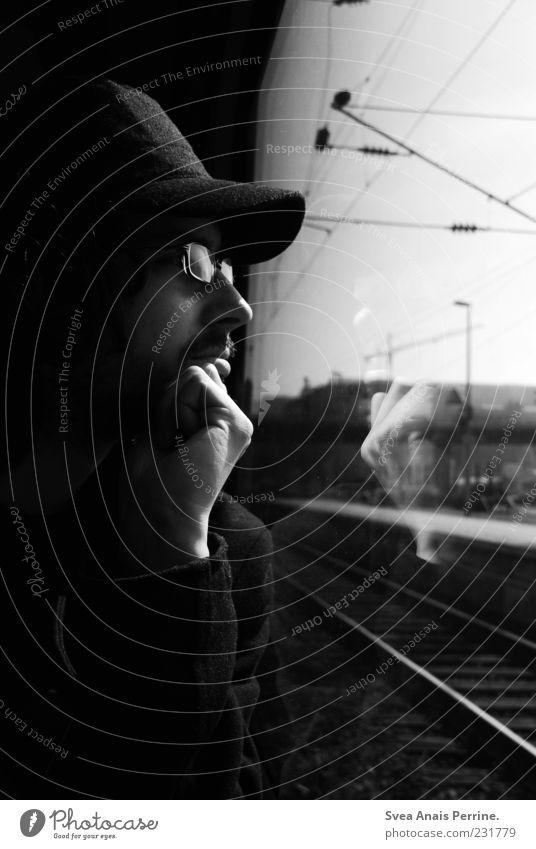 außen nach innen. maskulin 1 Mensch 18-30 Jahre Jugendliche Erwachsene Öffentlicher Personennahverkehr Straßenverkehr Bahnfahren Brille Mütze beobachten Denken