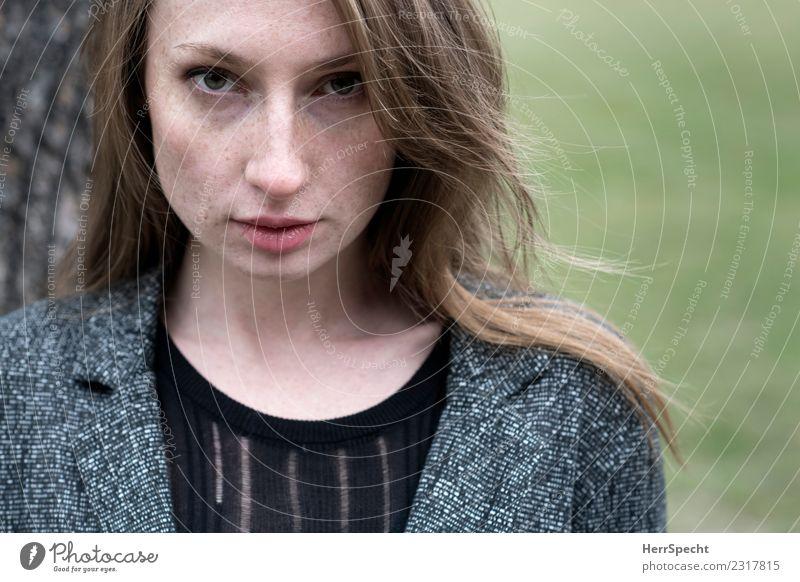 Im Park Mensch feminin Junge Frau Jugendliche Erwachsene Gesicht 1 18-30 Jahre ästhetisch authentisch frisch trendy schön natürlich Neugier dünn Erotik