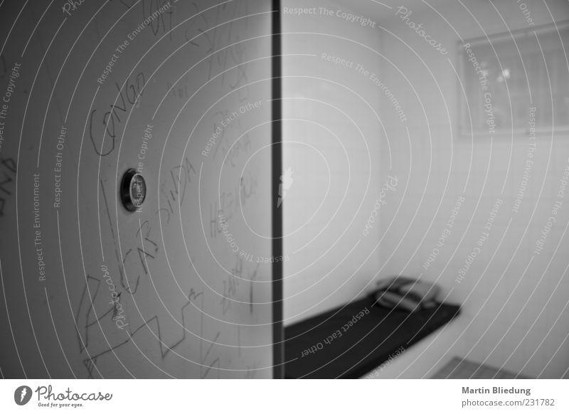 The cell doors crash Einsamkeit Raum authentisch Bett Justizvollzugsanstalt Polizei Haftstrafe Gerechtigkeit Gefängniszelle Türspion Rechtschaffenheit
