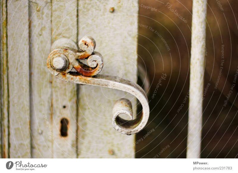 S Tor Tür Metall Schloss alt weiß Schlüsselloch Griff Rost Eisen aufmachen grau Stab geschwungen geschlossen Türöffner Farbfoto Außenaufnahme Nahaufnahme
