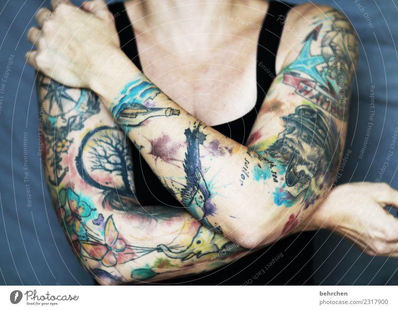 drunter und drüber | tätowiert Frau Erwachsene Körper Haut Arme Hand Finger Schulter Brust 1 Mensch 30-45 Jahre außergewöhnlich maritim muskulös schön Coolness