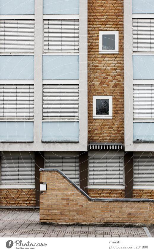 heute geschlossen Haus Fabrik Mauer Wand Fassade braun Rollladen Fenster Wege & Pfade Architektur Farbfoto Außenaufnahme Backsteinwand Fensterfront Jalousie