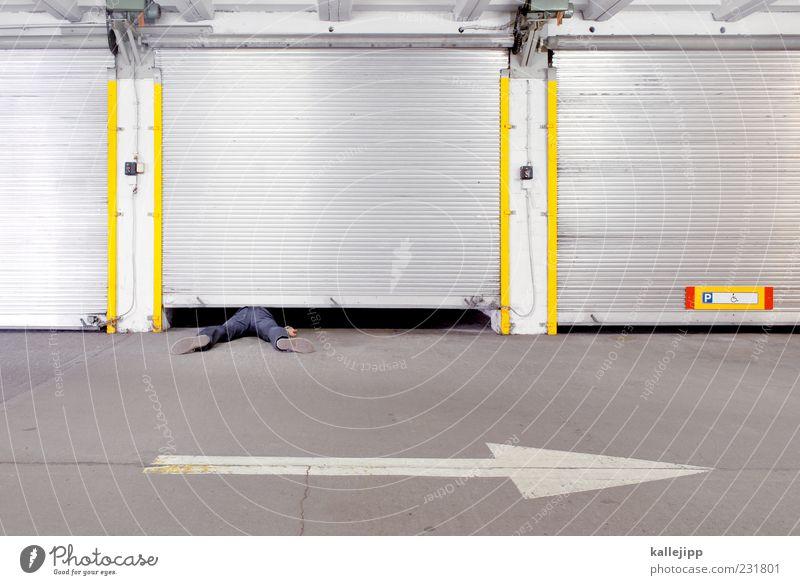 mind the gap Mensch gelb Beine liegen Schilder & Markierungen Hinweisschild Zeichen Pfeil Tor Parkplatz Falle silber gefangen Desaster Unfall Spalte