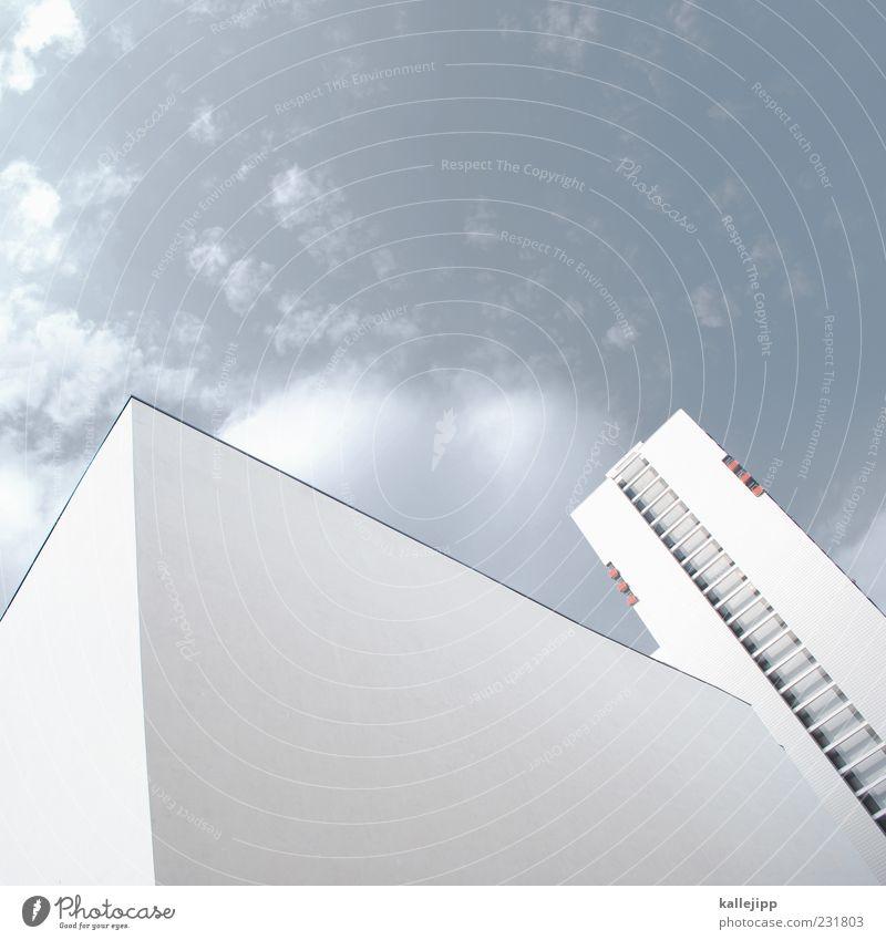 zahnbürste Haus Hochhaus Mauer Wand Fassade Fenster Plattenbau Himmel weiß Farbfoto Gedeckte Farben Außenaufnahme Licht Schatten Froschperspektive aufwärts