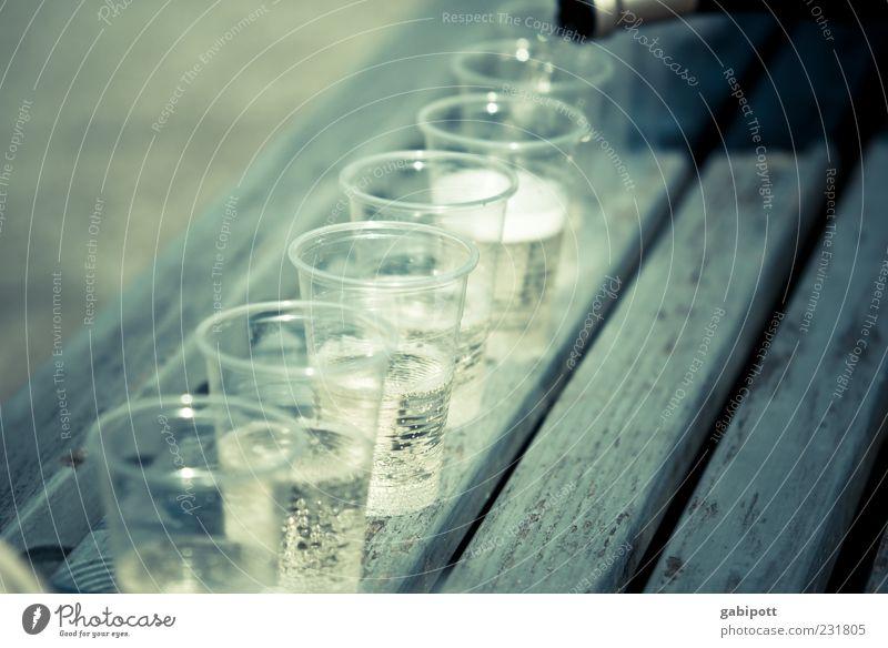 Sekt für alle Party Feste & Feiern blau grau Stimmung Freizeit & Hobby Plastikbecher Sektperlen Bank Holz Menschenleer Tag Schwache Tiefenschärfe eingießen