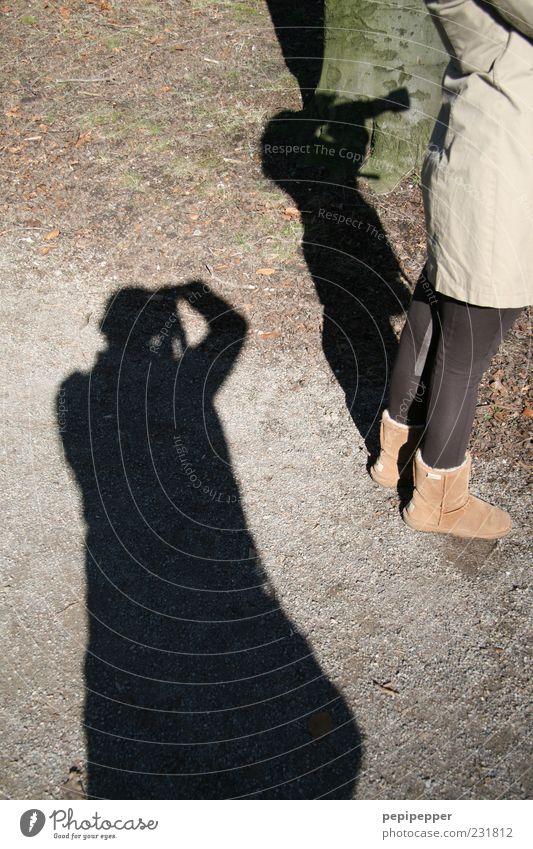 Voyeur Fotokamera maskulin 2 Mensch Erde Park Mantel Strumpfhose Stiefel braun Fotografieren Schatten beobachten spionieren Farbfoto Außenaufnahme