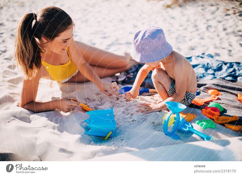Mutter und Kleinkind Sohn spielen mit Spielzeug am Strand Lifestyle Freude Glück Freizeit & Hobby Spielen Ferien & Urlaub & Reisen Sommer Sonne Meer Kind Frau