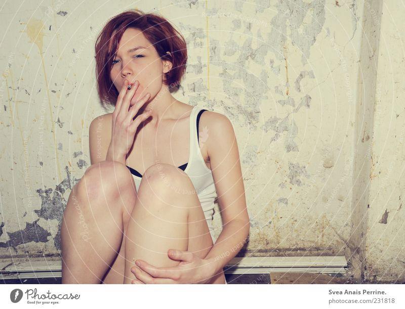 gesundheitsgefährdender trash. Mensch Jugendliche feminin Mauer dreckig sitzen wild kaputt Lifestyle Coolness Rauchen dünn Junge Frau Tabakwaren Verfall trashig